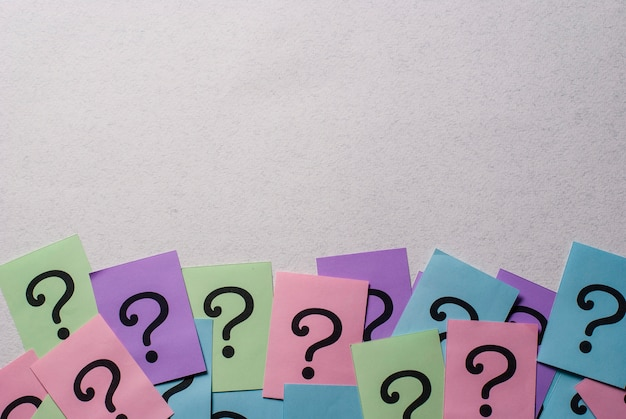 Borda inferior de pontos de interrogação coloridos