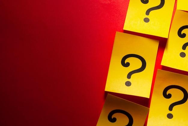 Borda lateral de cartões amarelos com pontos de interrogação