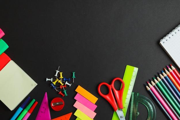 Borda lateral de material escolar em um fundo de quadro de giz