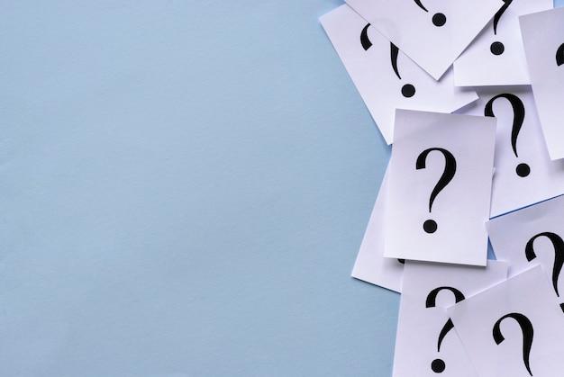 Borda lateral de pontos de interrogação impressos no papel