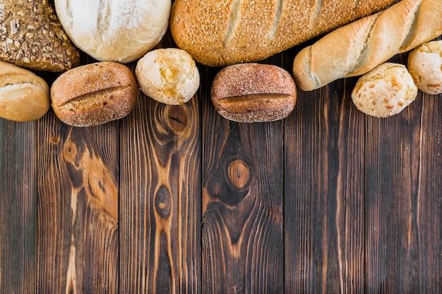 Borda superior feita com pães diferentes na tábua de madeira