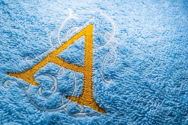 Bordado monograma alfabeto design na toalha