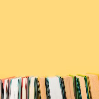 Bordas de livros em capas coloridas dispostas em fileira