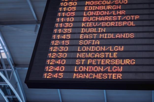 Bordo de informações de voos no aeroporto