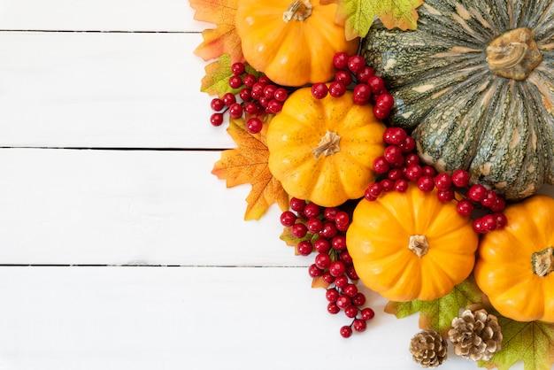 Bordo de outono parte com bagas de abóbora e vermelho