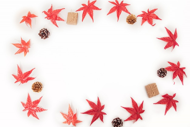 Bordo de outono parte composição, folhas de bordo colorido, cones, caixas de presente em branco