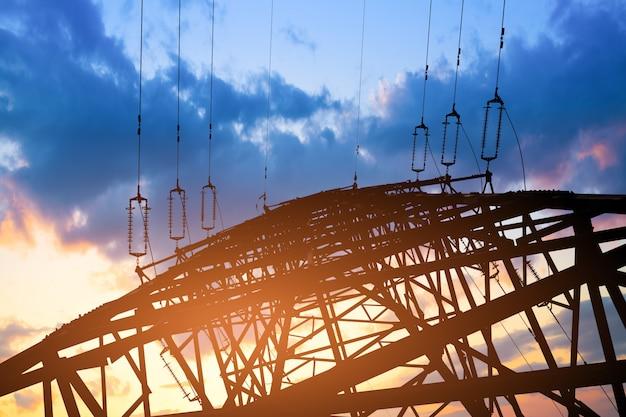 Borne de alta tensão. fundo de alta tensão do céu da torre.