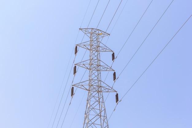 Borne de alta tensão ou torre de alta tensão no fundo do céu azul.