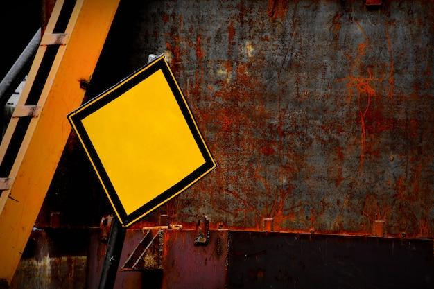 Borne de sinal amarelo abandonado em branco.