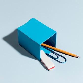 Borracha de close-up com clipe de papel e lápis