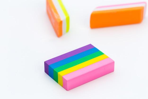 Borracha de lápis brilhante na superfície branca