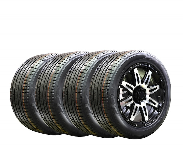 Borracha de roda de carro quatro com alloy rim isolada no fundo branco, cópia espaço