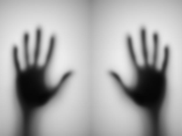 Borrada de uma mão atrás do vidro emaranhado.