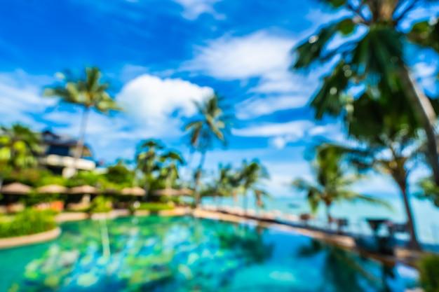 Borrão abstrata e desfocar a piscina exterior de luxo no resort do hotel