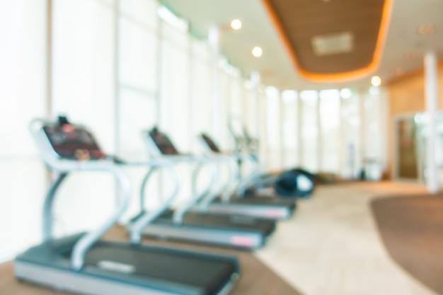 Borrão abstrata e desfocar equipamentos de fitness no interior da sala de ginástica