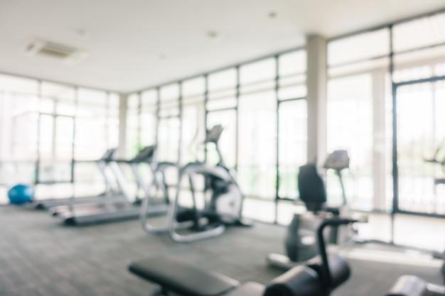 Borrão abstrata e equipamento de esporte desfocado no interior do ginásio