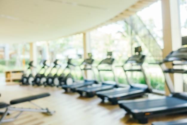 Borrão abstrato e equipamento de fitness desfocado e ginásio