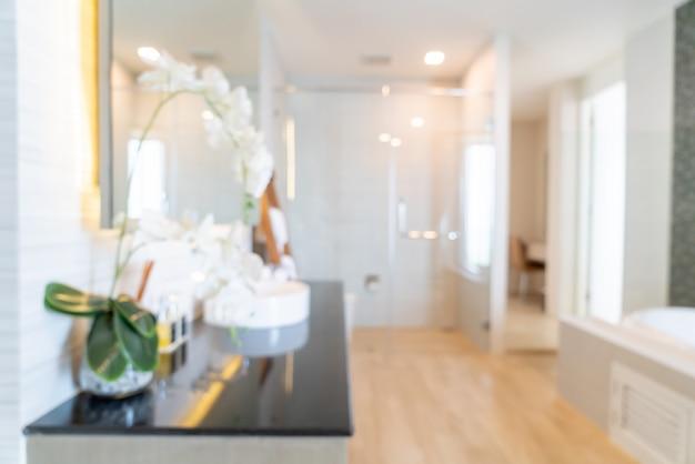 Borrão abstrato e interior do banheiro desfocado