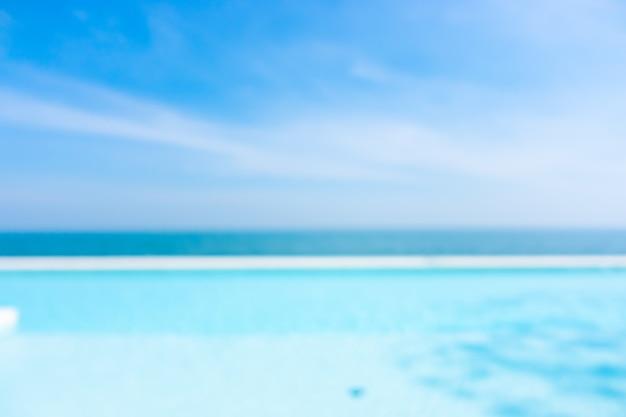 Borrão abstrato piscina com oceano, mar e céu azul