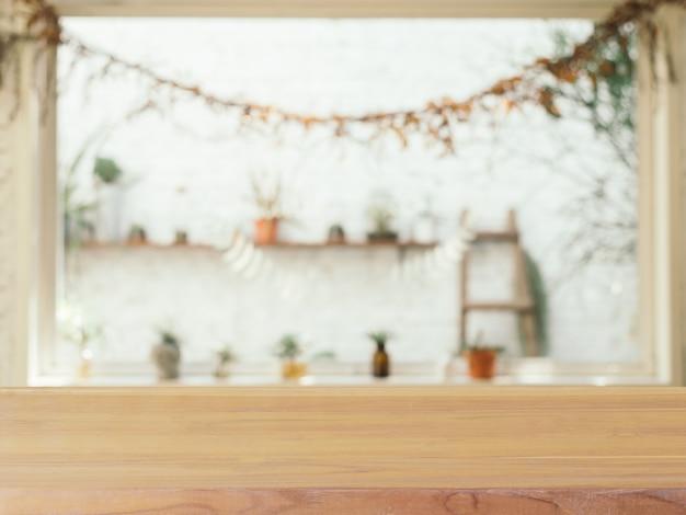 Borrão da mesa vazia de placa de madeira no fundo do café.