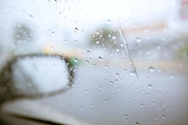 Borrão de chuva no espelho lateral do carro na estrada