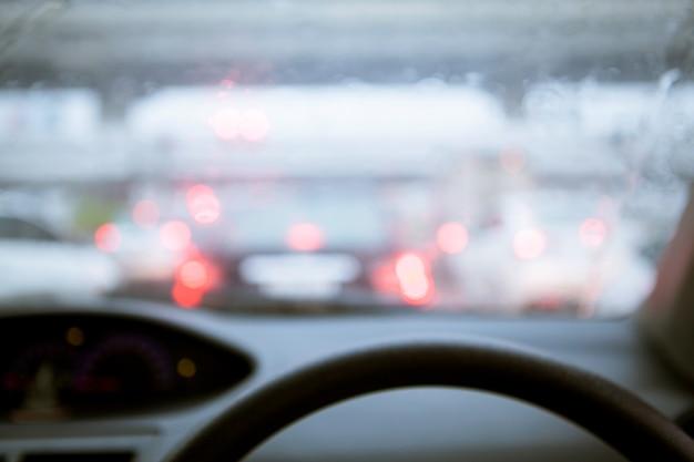 Borrão de chuva no pára-brisa na estrada