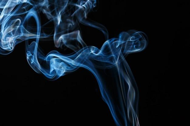Borrão de fumaça azul abstrato isolado