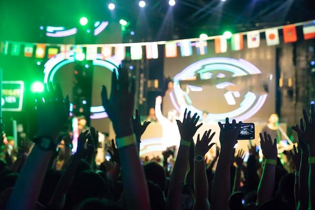 Borrão de fundo multidão no concerto - torcendo multidão na frente