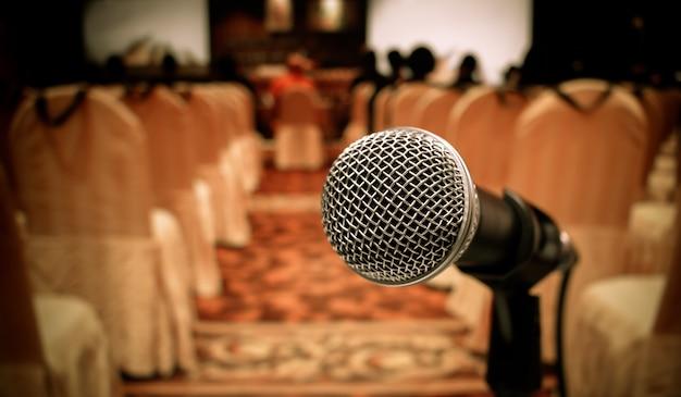 Borrão de microfones na sala de seminários, discurso em conferência