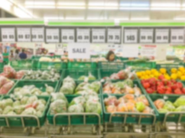 Borrão de movimento de prateleiras de frutas no supermercado