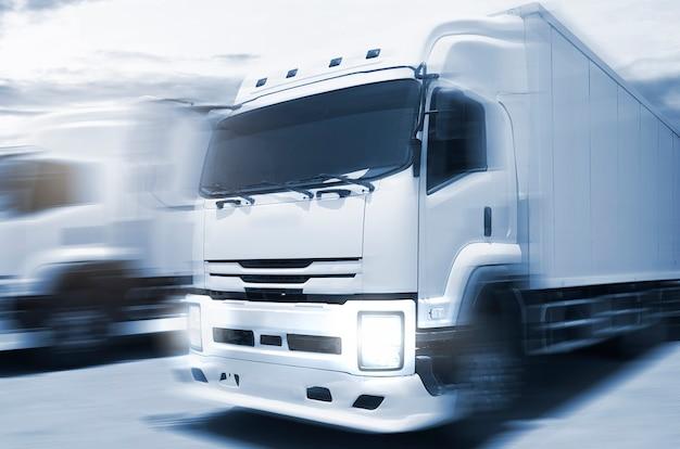 Borrão de movimento de velocidade de caminhões de carga dirigindo na estrada transporte e logística de caminhão de carga rodoviário