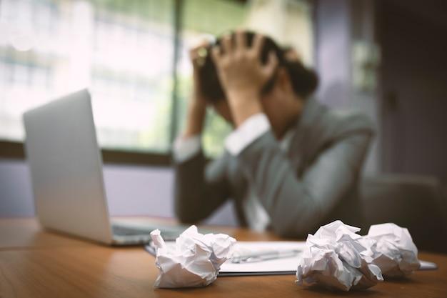 Borrão de mulheres de negócios estressantes