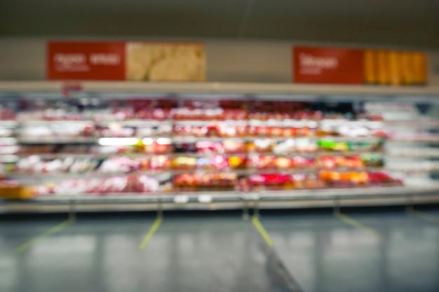 Borrão desfocado de carne de supermercado com produtos lácteos. desfocar o fundo com bokeh.
