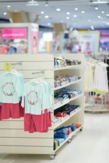Borrão foto do departamento de roupas de criança