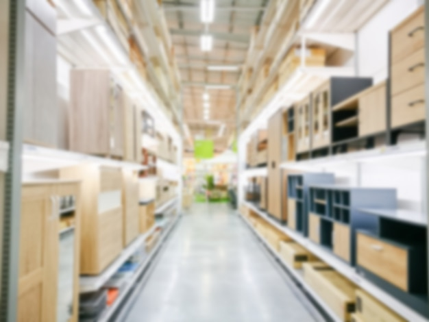 Borrão interior de loja de móveis. inventário de mercadoria de mobília industrial embaçada e material de madeira.