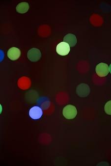 Borrões de muitas luzes na escuridão
