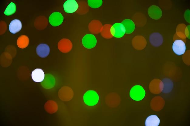 Borrões de muitas luzes verdejantes brilhantes