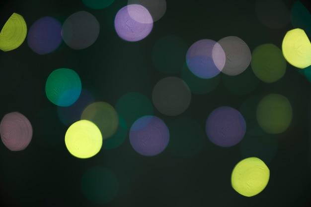 Borrões de muitos reflexos na escuridão