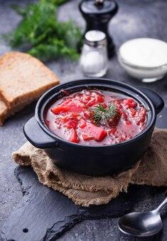 Borsch de sopa de beterraba ucraniana tradicional