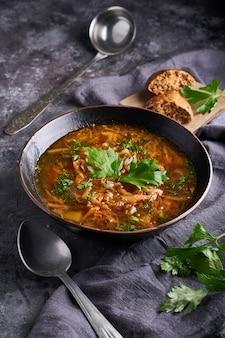 Borsch de sopa tradicional europeia e russa com repolho e carne, servido em um prato sobre uma mesa de pedra escura