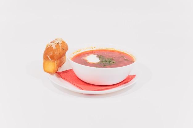 Borsch, isolado branco da sopa vermelha nacional russa.