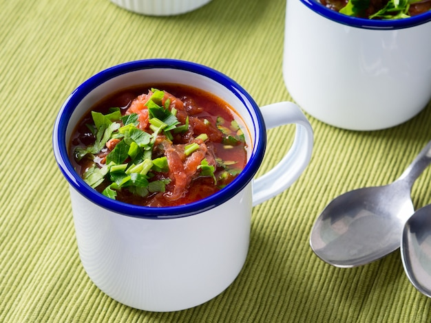 Borscht de sopa de beterraba russa em esmalte canecas