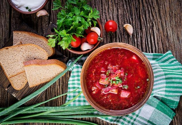 Borscht russo ucraniano tradicional ou sopa vermelha na tigela, vista superior