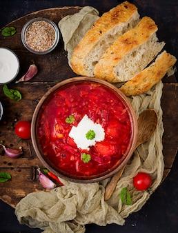 Borscht ucraniano tradicional do russo com feijões brancos na bacia.