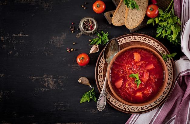 Borscht ucraniano tradicional do russo ou sopa vermelha na bacia. vista do topo