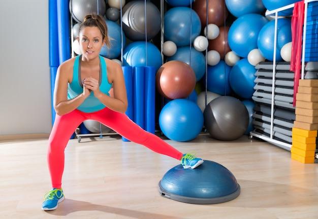 Bosu, um, perna, squat, menina, exercício, em, ginásio, malhação