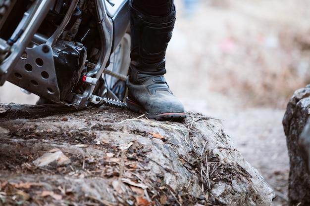 Bota de esportista em testes de motocicleta enquanto competição