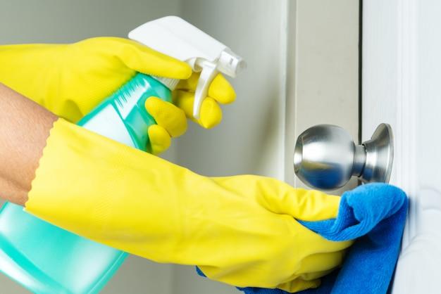 Botão da porta de limpeza com spray de álcool