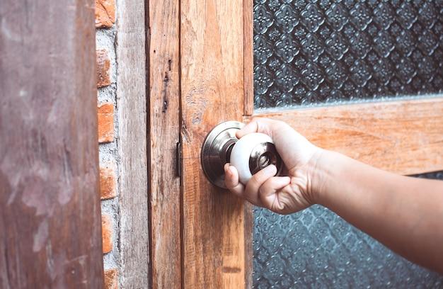 Botão de abertura / fecho da mão da mulher em estilo vintage