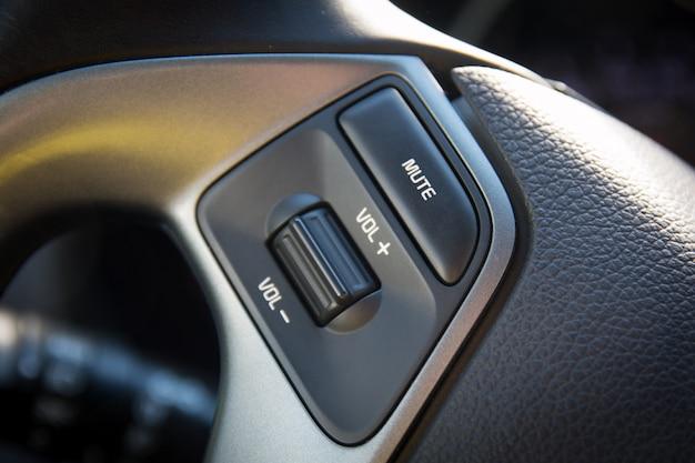 Botão de controle de áudio no volante